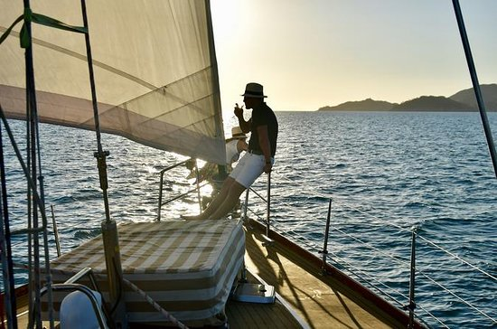 Crucero de vela crepuscular isla...
