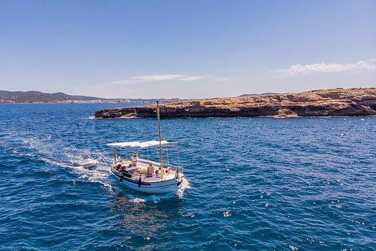 乘坐朱莉娅航行,感受真正的伊比沙岛。