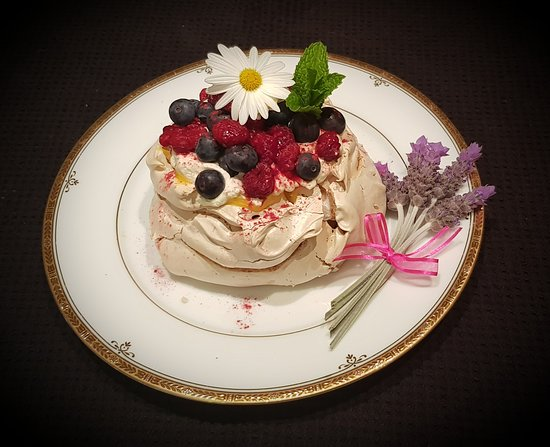 Tarwin, Австралия: Can you see our scrumptious organic Lemon curd peeking out from under delicious cream and berries ?