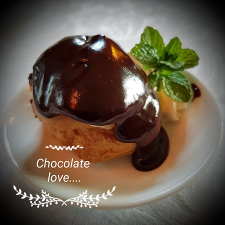 Tarwin, Австралия: What more is there to say....perhaps .....vanilla bean creme  patisserie filled profiteroles with warm chocolate sauce....
