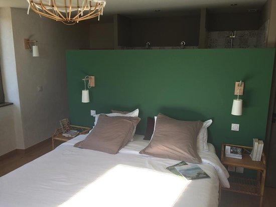 Chambre Côté jardin et sa salle de bain ouverte, à Lassenat éco ...