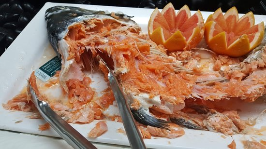 Whitby's Restaurant & Bar: Delicious whole salmon for my entree