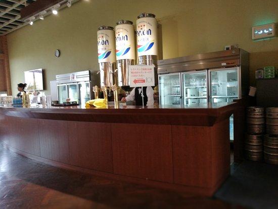 Orion Happy Park Orion Beer Garden Yambaru no Mori: ビールサーバーのカウンター 試飲はこちらで行われます