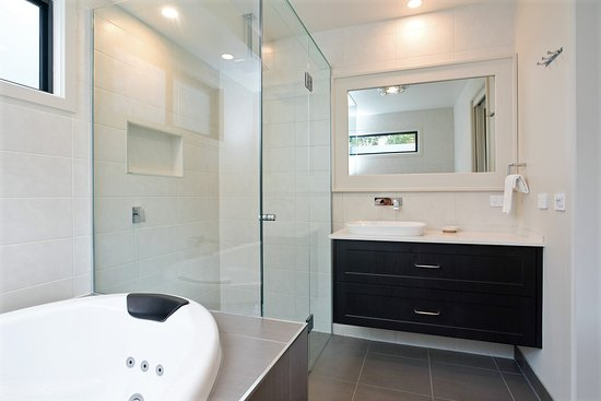 Yanakie, Australia: Deluxe Spa Cabin's double spa and rainhead large shower. Dimmable lights to relax and set the mood.