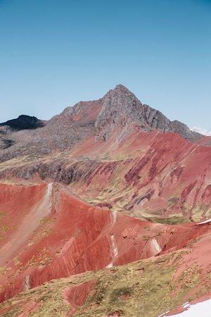 Cusco Region, Peru: On traverse la vallée rojo lorsque l'on se rend à la rainbow mountain. L'altitude est d'environ 5000 mètres, il faut bien prendre le temps de respirer !