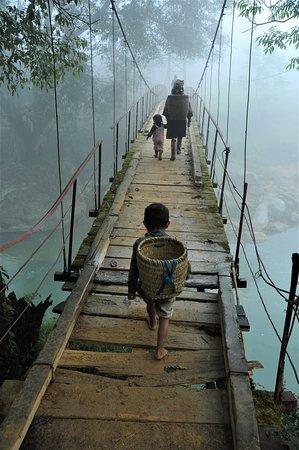 Ponte nella nebbia del primo mattino nel nord del Vietnam, verso il confine con lo Yunnan cinese.