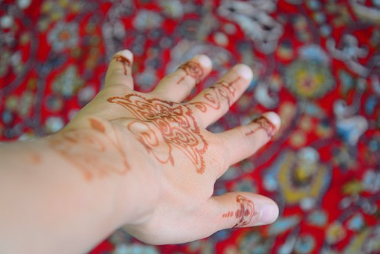 Hormoz, Iran : Henna tattoo on hands in south of Iran , by local people is one of attractions of some places like Hurmoz island or Qesh island. www.touriar.com
