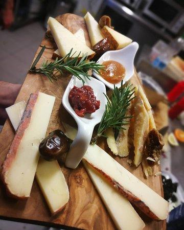 Selezione e degustazione di formaggi semistagionati pregiati 👌  Formaggio di Pienza stagionato 12 Formaggio Val Norcia stagionato 24 Formag