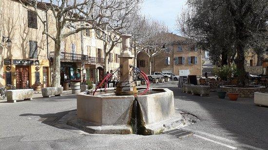 Fontaine Place des Ormeaux