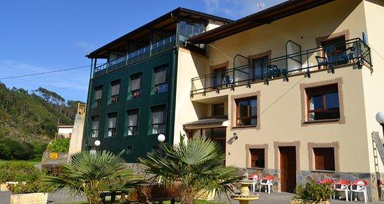 Valdes Municipality, Spain: Tres plantas de habitaciones con aparcamiento privado