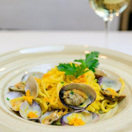 """""""sola, soletta...al mare"""": spaghetti alla chitarra con vongole, bottarga di muggine, prezzemolo e aglio"""