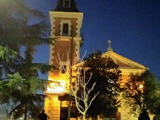 Vaciamadrid, Spanje: Foto de la fachada principal de la parroquia San Marcos anocheciendo.