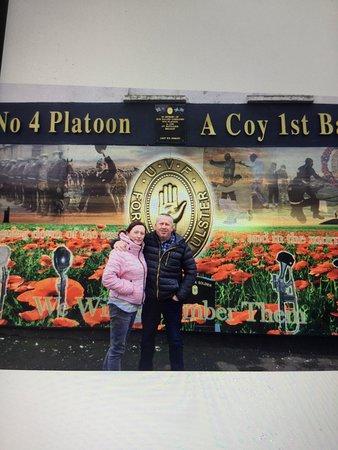 Tour de 2 horas en taxi negro por murales y muros de la paz en Belfast: Bryan & Alison on the Shankill road