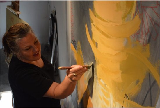 Suwanee, جورجيا: Fine Artist, Gena Brodie Robbins working on a large scale abstract painting in her art studio, Brodie Studio located in downtown Buford Georgia.