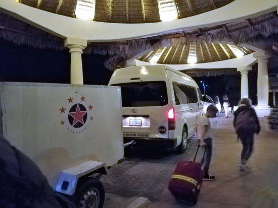 La Altagracia Province, Dominican Republic: véhicule confortable avec cariole pour les valises