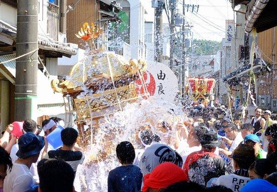 Sumoto, Japonia: 7月最終日曜に執り行われる夏越祭です。神輿の後に各町内から曳き出された布団だんじりが続きます。