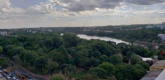 Vista do lago da republica , em ciudad del este, no Paraguay