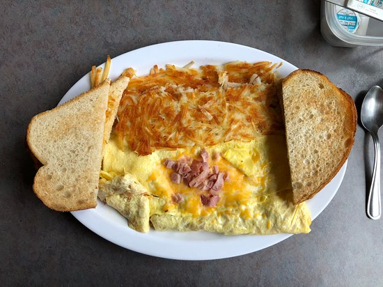 Hiouchi, Kalifornien: Ham and cheese omelet with hash browns and sourdough toast.