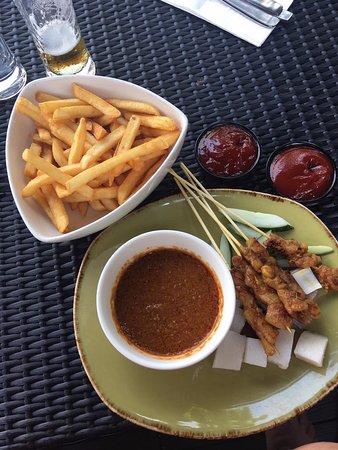Satespieße mit Fries und Reis