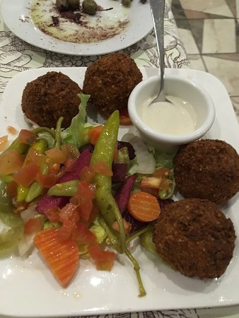 Vallonia, Belgio: Delicious food, falafel, salad and olives and bread