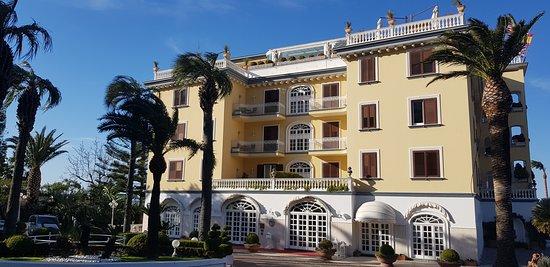 Très bel hôtel, vues magiques sur le Vésuve et la baie de Naples