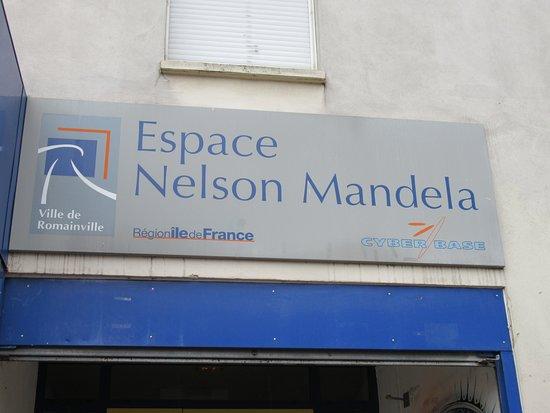 Romainville, Fransa: Sur la façade de cet Espace