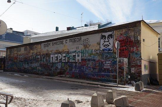 Tsoi's Wall: มีกีต้าร์ เลยรู้ว่าวาดให้นักดนตรีค่ะ