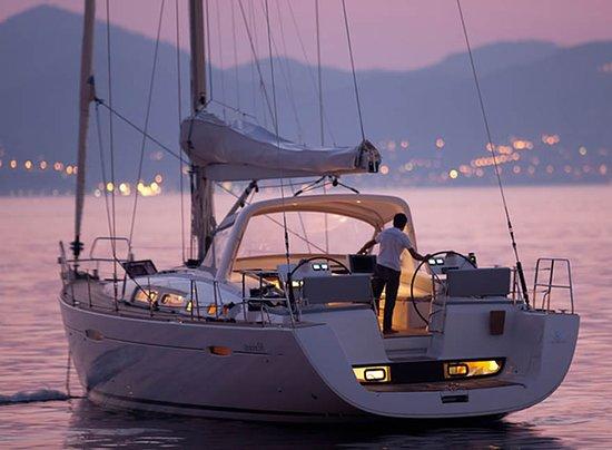 Furnari, Olaszország: Splendido Oceanis 58 con quattro cabine matrimoniali tutte con bagno. Aria condizionata e dissalatore. Una vacanza con tutti i comfort.