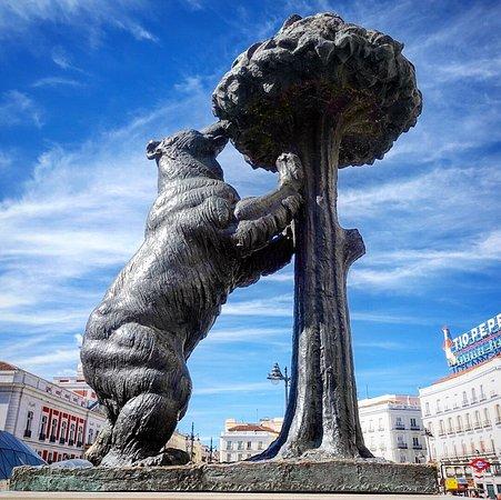 熊与野草莓树雕塑