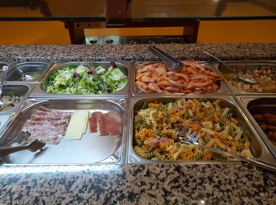 Fene, Spain: lechugas, gambas, fiambre, pasta