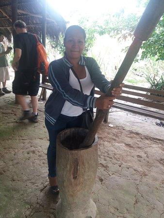 Mazan, Perù: pilando arroz