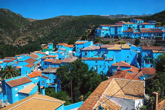 Júzcar, España: Did you know that #Juzcar was one of the #WhiteTowns of #Andalusia? Everything changed in the #spring of 2011, when all the #buildings in town (even the church) were #paintedBlue to celebrate the premiere of #theSmurfs movie. In December 2011, #SonyPictures offered to repaint the town in white. Citizens voted to leave the #buildingspaintedblue, as the before unknown town, became #famous and attracted 80,000 tourists after the repainting in only 6 months! A #not-to-miss visit near #Ronda