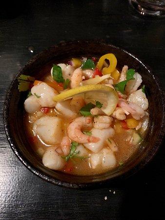 Le Petit Bistro: Ceviche de crevettes et pétoncles, marinade aux poivrons, oignons rouges, citron, coriandre, piment
