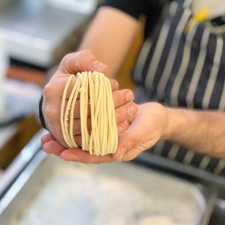 Nuestros cocineros preparan pasta fresca todos los días
