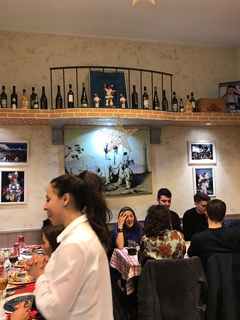 Pontesesto, Italië: Segreti di Pulcinella: la migliore pizzeria napoletana di Milano ma proprio quella verace, qui di Milano non c'è proprio niente, solo tanta cortesia e pazienza da parte del personale, il pizzaiolo e la parte fondamentale della pizzeria