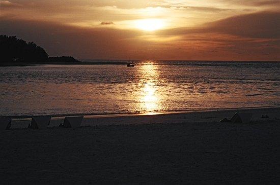 Kandoomaafushi Island: Maldive: Uno splendido tramonto....