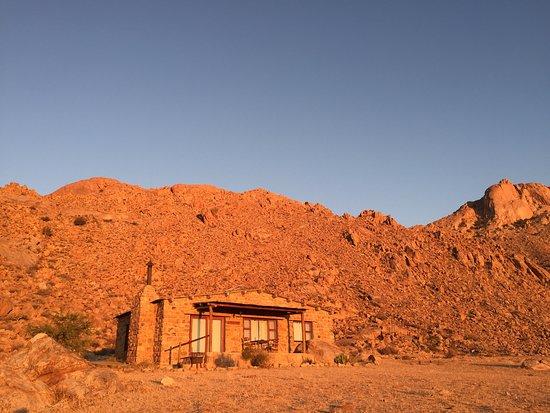 Aus, Namibia: Chalet Eagles View im Abendlicht