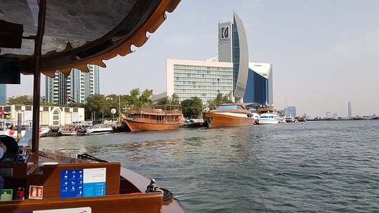 Sheraton Dubai Creek Hotel & Towers: Direkt am Creek gelegen: Das Sheraton Dubai Creek