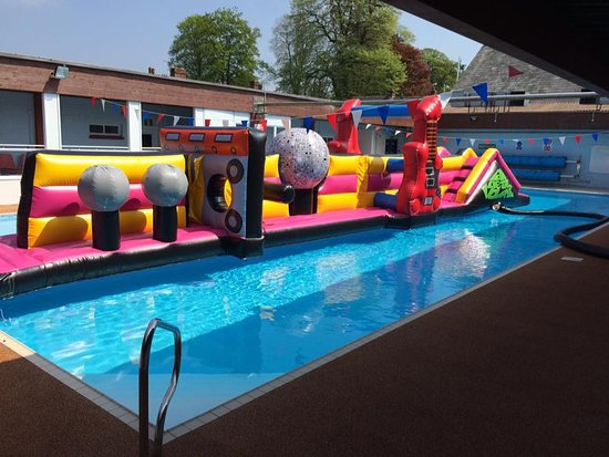 Shaftesbury, UK: Open air swimming pool with 'Pump up the volume' inflatable sessions.