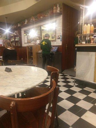 Une Vue Du Bar Depuis La Salle En Face De La Cuisine