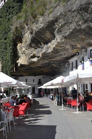 Setenil de las Bodegas, unos de los pueblos blancos andaluces más impactantes, con sus casas cueva en las rocas.
