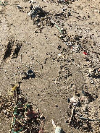 La plage entre Rayong et Ban Phe est sale et pas nettoyée des rejets de plastique c'est dommage ça ce pourrait être un petit paradis car il n'y a pas  beaucoup de touristes