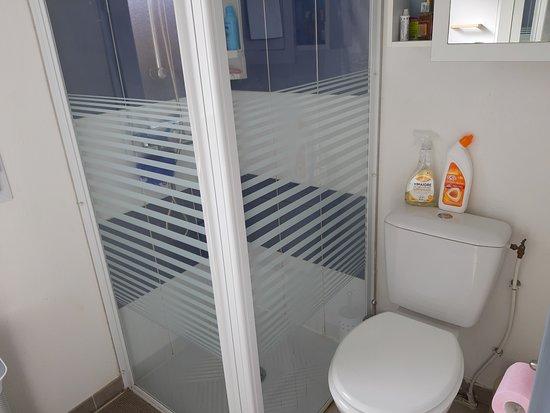 Cote Canal: salle de bain avec wc