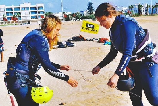 Ananas Kitesurfing: Its all about helping each other...