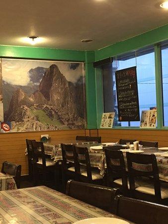 店内の様子、マチュピチュの大きな写真が飾られています