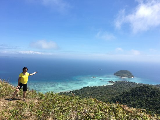 Carles, Филиппины: At the summit....Balay Kogon resort is the stretch of white sand on the right.