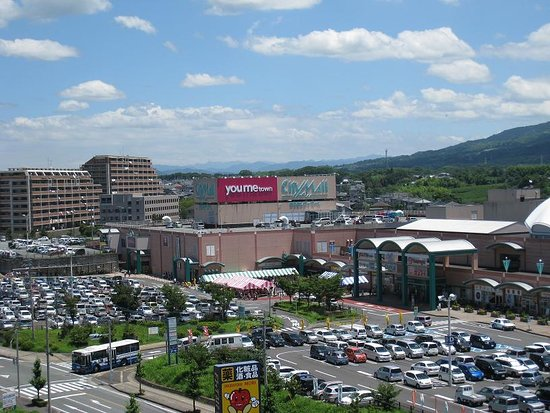 Arao, ญี่ปุ่น: 荒尾市緑ケ丘の県北エリア最大の商業施設「あらおシティモール」週末は2,000台分の駐車場が満車になります。あのグリーンランドもすぐそばです。
