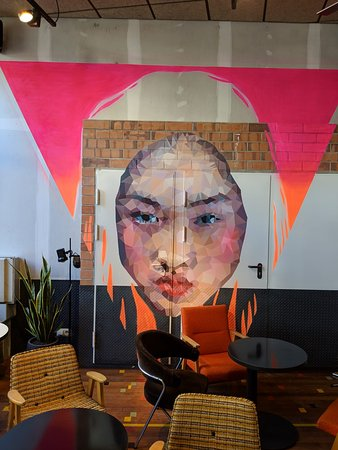 Clubhaus : Entrance coffee bar, graffiti's on the wall