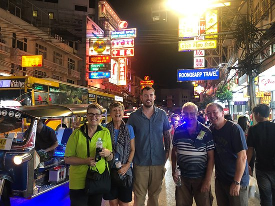 Nächtliche Street-Food-Tour durch Bangkoks Chinatown: Our group on the night food tour of Chinatown, Bangkok