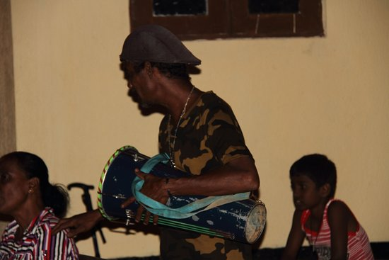 Ingiriya, Sri Lanka: Playing Bongo and enjoying the music